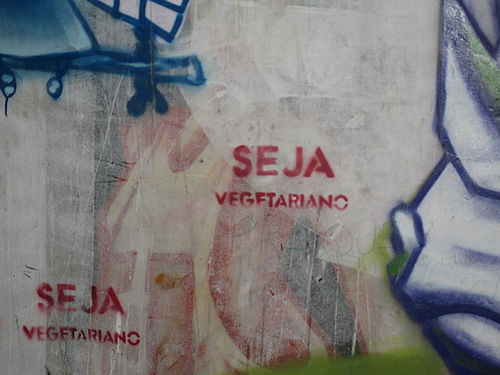 I think this is Spanish for 'Be Vegetarian'