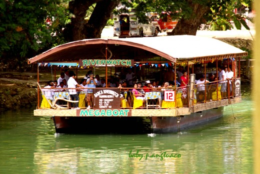 floating restaurant cruising the Loboc River