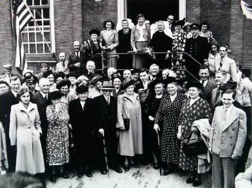 Eleonor Roosevelt during her visit to Oud Vossemeer (in the back on the stairs, middle)