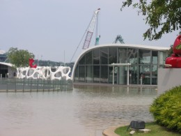 The roof top of Vivocity has a huge wading pool for the kids and those young at heart.