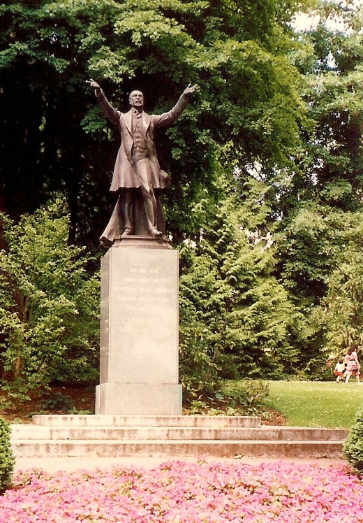 Statue of Mr. Stanley welcoming everyone to the park