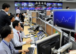 Currency traders work in a dealing room at the Korea Exchange Bank in Seoul.