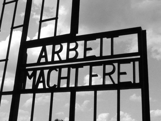 wikipedia: Arbeit Macht Frei gate, KZ Sachsenhausen, Berlin Polski: Brama w Sachsenhausen -- by jpatokal, uploaded on 26 September 2004