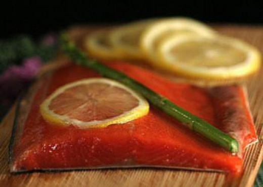 Smoked Salmon with lemon slices and asparagus