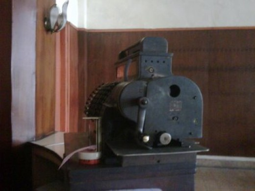 Old cashier machine in Sumber Hidangan http://berdiri-sendiri.blogspot.com/