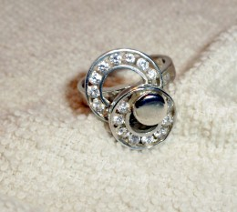 A spinner setting makes a great right-hand diamond ring.