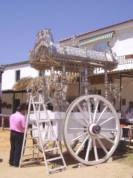 The wagons carrying the Madonna Characters are called Simpecados and they are produced in silver or gold
