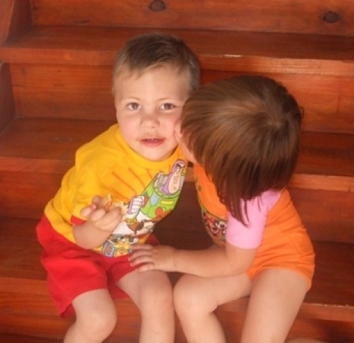 And there he is, MY DATE, three years old today, my darling grandson Julian, accepting a kiss from his favorite cousin, Mia. 25/09/2010.. BUT THIS WAS LAST YEAR!