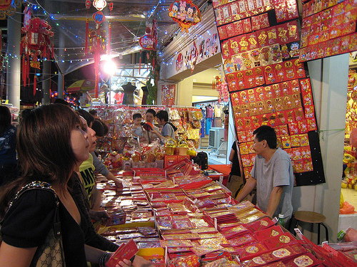 Stall selling a wide variety of hongbao in Chinatown, Singapore. Credit: hslo/Flickr