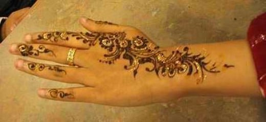 Mendhi on women or hand painting during Diwali (Photo credit :Siqbal)