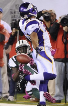 *      New York Jets' Santonio Holmes, left, fails to catch a pass while covered by Minnesota Vikings' Asher Allen during the second quarter of an NFL football game Monday, Oct. 11, 2010, in East Rutherford, N.J. (AP Photo/Bill Kostroun)