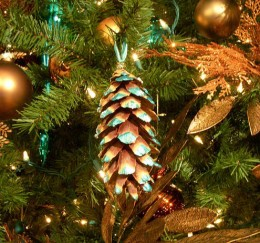 Easily turn your pine-cones into cheap Christmas tree decorations!