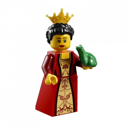 LEGO Kingdoms Advent Calendar 7952 - The Queen wearing a crown and holding a frog - Poor Queen! Somebody please advise Her Majesty to kiss the frog!