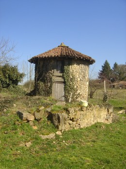 This walk near Vayres takes you past an ancient Cledier or Chestnut drying house