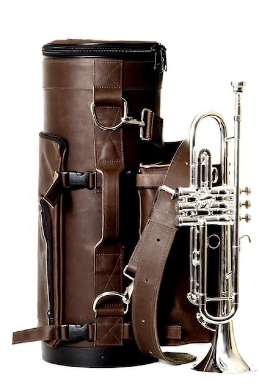 The torpedo Bags Loredo. A beautiful, durable, protective leather hard case.