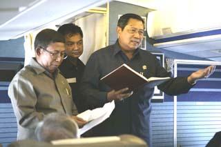 "SBY sings a newest song he's just created ""Kawan (Friends)"" in the aeroplane accompanied by Cabinet Secretary Sudi Silalahi and Spokesman Dino Patti Djalal."