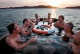 This is a nice way to enjoy oysters; in good company and in a wood-fired hot tub by the sea, with a marvellous view!