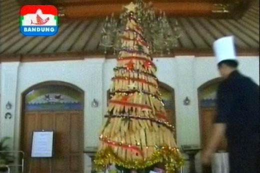 Bread Christmas tree, made from hundred of breads by Chef Marsud. Courtesy : Indosiar