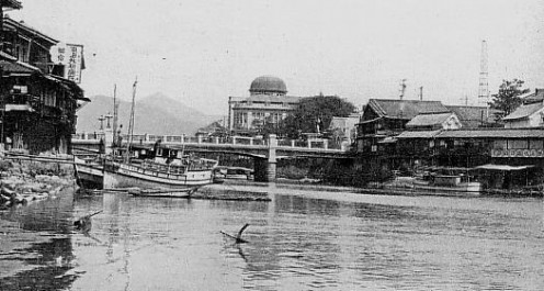 Motoyasu Bridge and Hiroshima Commercial Museum (background) before the war, around 1930.