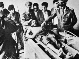 Bolivian Army take photographs after Che's execution.
