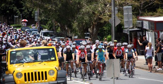 Lance Armstrong Robbie McEwan & omany other lead the Qld Premeirs Flood Relief Appeal Ride