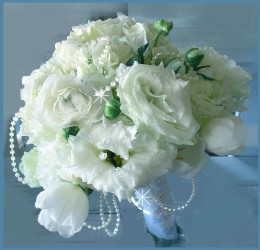 A string of tiny pearls is draped throughout this bouquet.