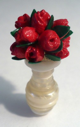 Flower craft tutorials:  How to make a miniature dollhouse vase of a dozen roses
