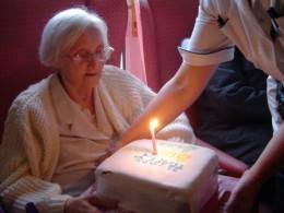 http://upload.wikimedia.org/wikipedia/commons/b/b9/Nurse_in_geriatry.jpg