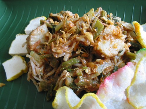 A traditional Sundanese vegetable dish that is both delicious and nutritious goes by the name Lotek. It basically consists of several vegetables such as tahu (tofu), cole, kangkung (waterspinach) and taug (beansprouts).