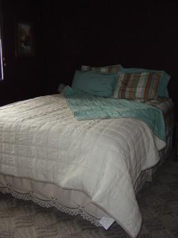 Dark walls, light bedding..