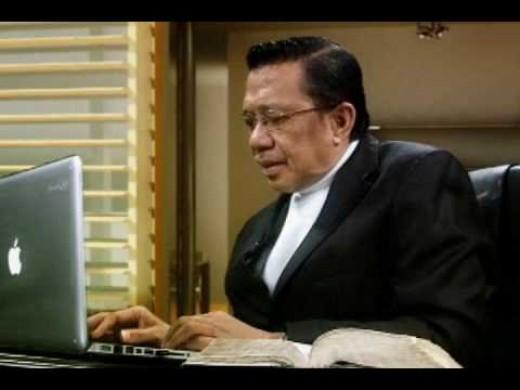 Bro Eli Soriano updating his Twitter with his Macbook