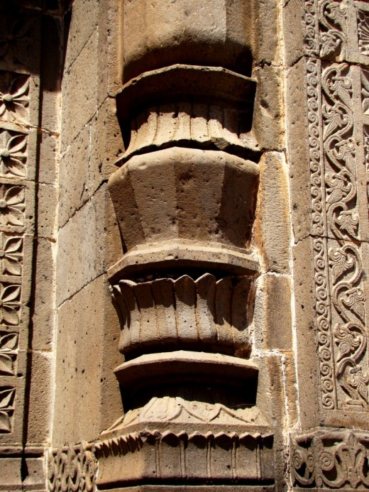 Stone art on the main gate (a decorated pillar)