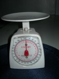 A spring-type scale in 20 grams gradation with a capacity of 3 kilograms.