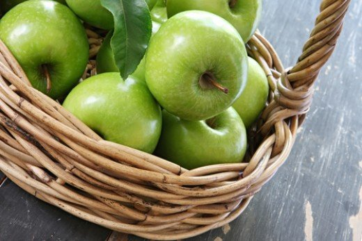 Granny Smith Apples in a Cane Basket Image:  Robyn Mackenzie|Shutterstock.com