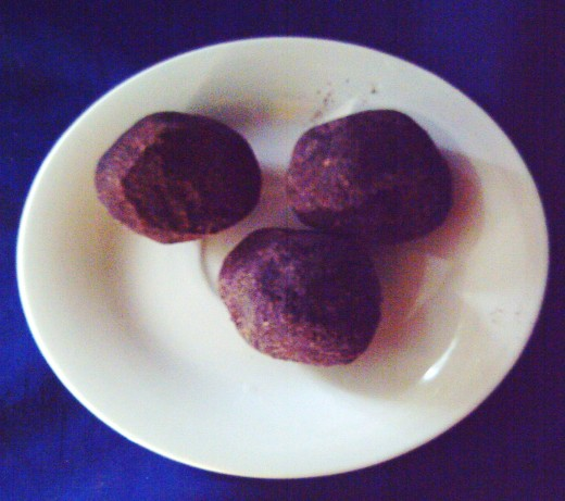 Cacao balls made from grinded cacao seeds (Photo by Travel Man)