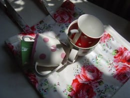 Spotted mugs and rose pattern bag