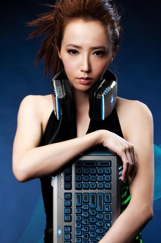 Pro Gamer Linda Liao holding a Razer Marauder Starcraft Gaming Keyboard