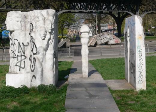Berlin-Kreuzberg: Menschenlandschaft Berlin Mehmet Aksoy: Menschen in der Stadt, Marmor