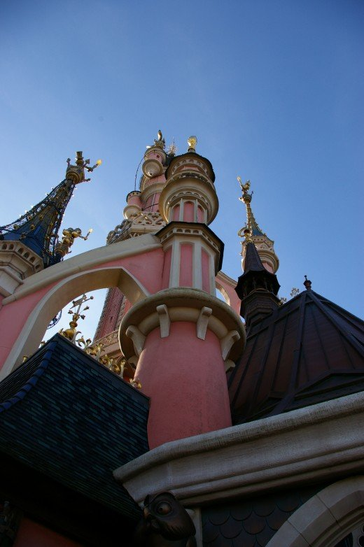 One of the best ways to enjoy a vacation to Disneyland is to stay in a rental home.  You can save money, fix your own meals, and enjoy all the other attractions that are available in Southern California!