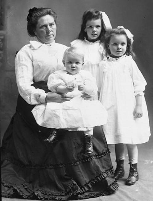 Belle Gunness with her children, whome she murdered.