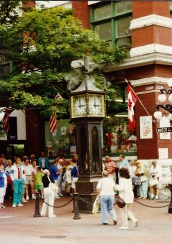 Gastown steam clock draws many tourists