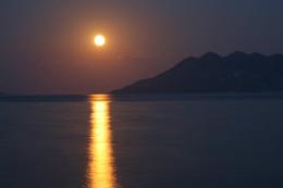 """Bild """"Mondschein-Meer-Insel-Romantik"""" von bilder.n3po.com"""