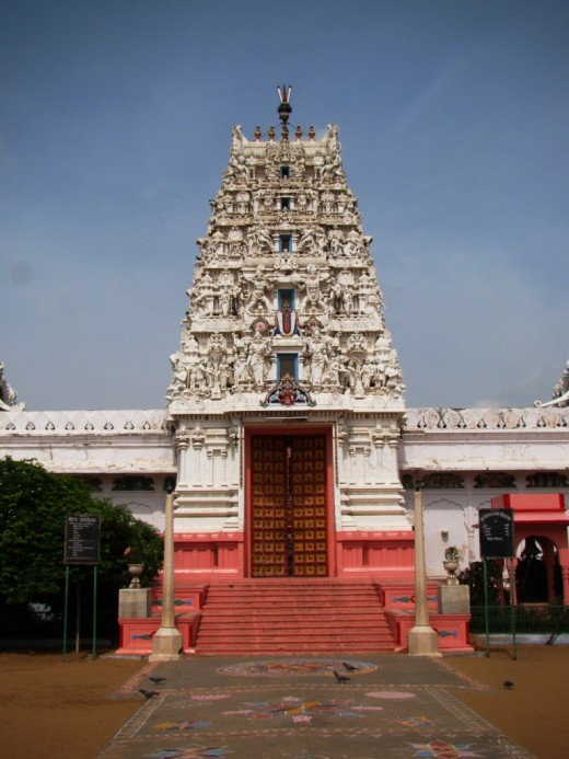 Sethani temple with distinctive Dravidian Gopuram, PUSKAR