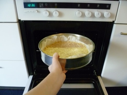 Put the pastry mould in the oven for 25 minutes with the oven set to 180 degrees Celsius (360 Fahrenheit). The cookie layer is done when it is golden brown.