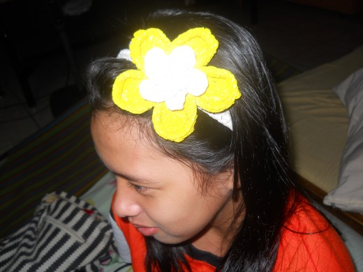 The headband I made was just too flashy for my style, so I gave it to my younger sister. She loved it so much she wore it to school the next day. Her classmates liked her headband a lot. Not a very good photo, isn't it? But I love her smile. ^^,