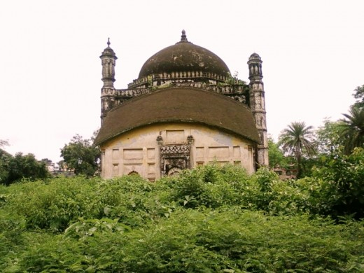 "The  Khwaja Anowar's tomb : lateral view : the ""Do-chala"" structure is now at the front"