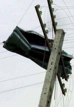 Zinc panel lodged on an electrical pole