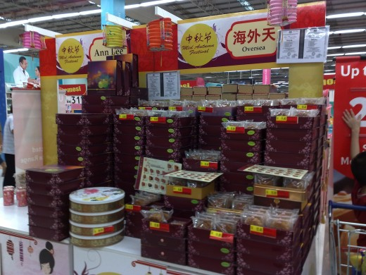 Fillings in contemporary style mooncakes has diversified and include popular ingredients from chocolate, to nuts, to fruits and even ham
