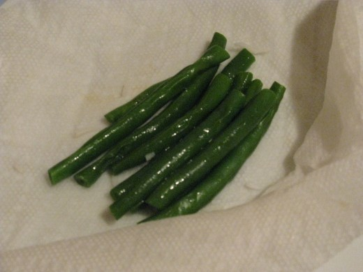 Green beans wrapped in paper towels, ready in less than 30 seconds