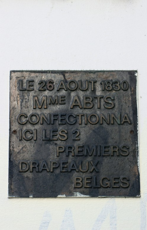 Commemorative plaque at rue du Marche aux Herbes / Grasmarkt 85, Brussels, for the first two Belgian flags created by Madame / mevrouw Abts, 25 / 26 August, 1830